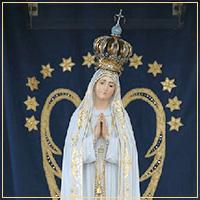 Nossa Senhora na Capelinha das Aparições com coroa de ouro e pedras preciosas